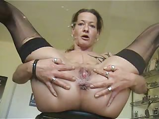 Mature fingers her pussy and squirts